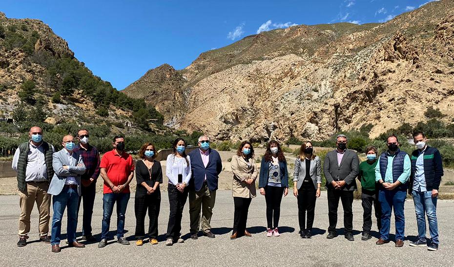 La consejera Carmen Crespo, en el centro, durante su visita al cauce del río Nacimiento.