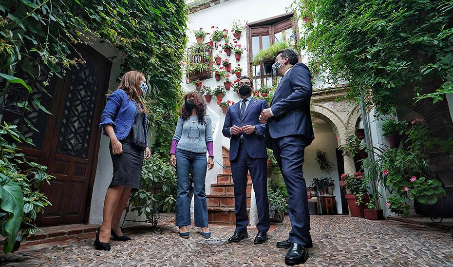 Visita del presidente de la Junta a uno de los espectaculares patios de Córdoba.