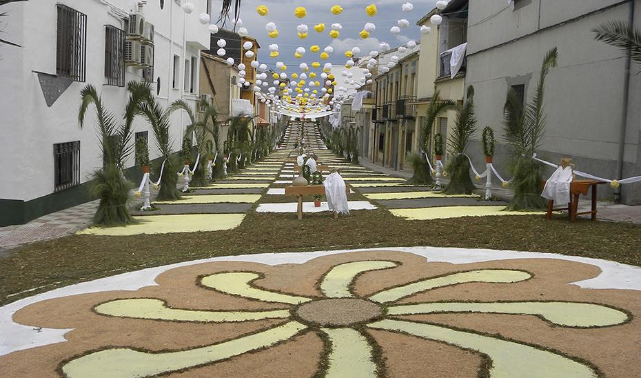 Una de las calles de Villacarrillo adornadas para la celebración del Corpus.