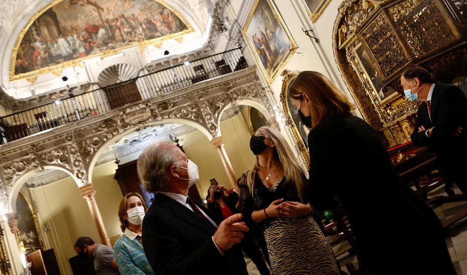 La consejera de Cultura y Patrimonio Histórico, Patricia del Pozo, durante la visita al Hospital de la Caridad de Sevilla, acompañada del hermano mayor de la institución, Eduardo Ybarra.