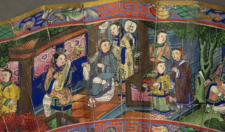 Detalle de uno de los abanicos de las mil caras, con una escena cortesana. (Foto: Archivo del Museo de Artes y Costumbres Populares de Sevilla)
