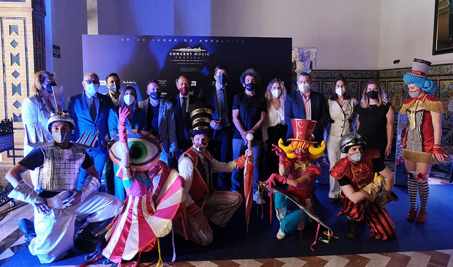 Juan Marín, junto a los responsables del festival y algunos figurantes, tras la presentación.