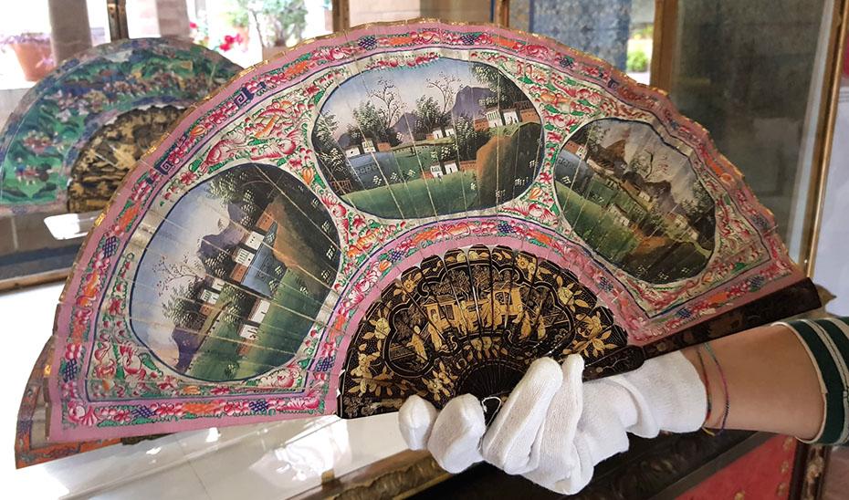 Otro ejemplar de estos abanicos que, en esta ocasión, muestra escenas de poblaciones chinas. (Foto: archivo del Museo de Artes y Costumbres Populares de Sevilla)