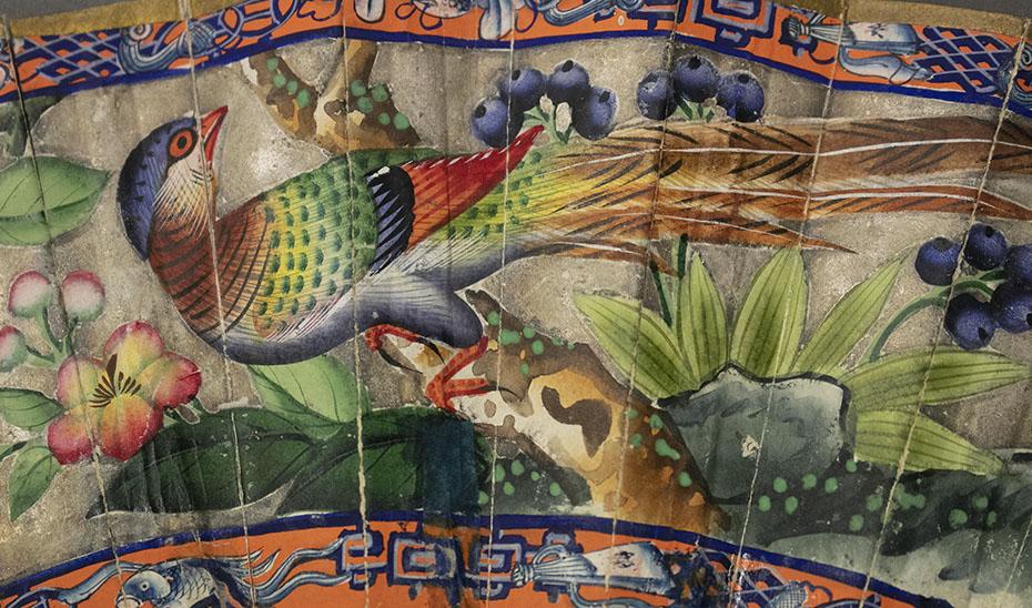 Los pájaros y flores son otros de los motivos ornamentales característicos de estos objetos. (Foto: Archivo del Museo de Artes y Costumbres Populares de Sevilla)