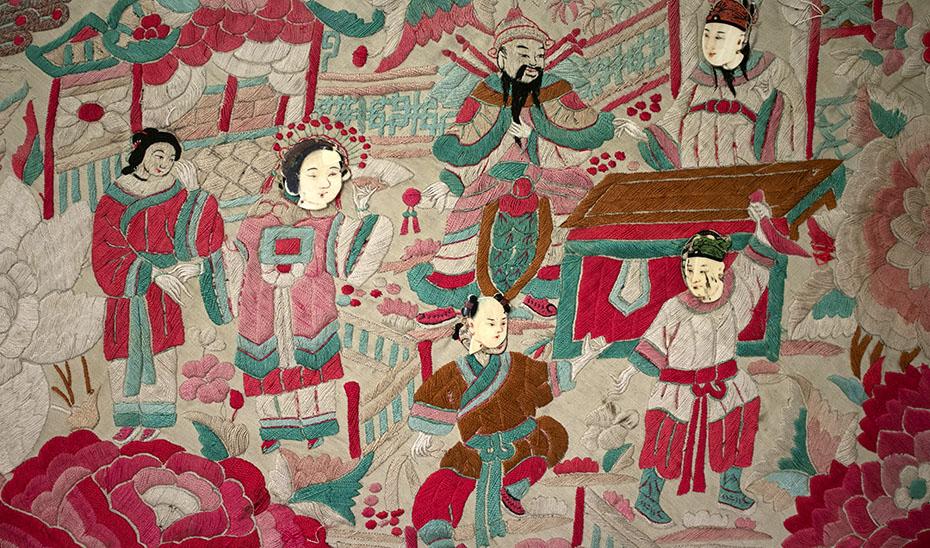 Detalle de un mantón de Manila, en el que se aprecian aplicaciones de nácar sobre los rostros de las figuras. (Foto: Archivo del Museo de Artes y Costumbres Populares de Sevilla)