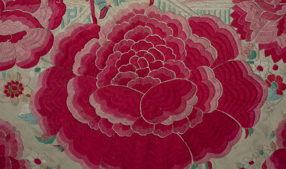 Las rosas son un ejemplo de adaptación del bordado de los mantones a los gustos españoles. (Foto: Archivo del Museo de Artes y Costumbres Populares de Sevilla)