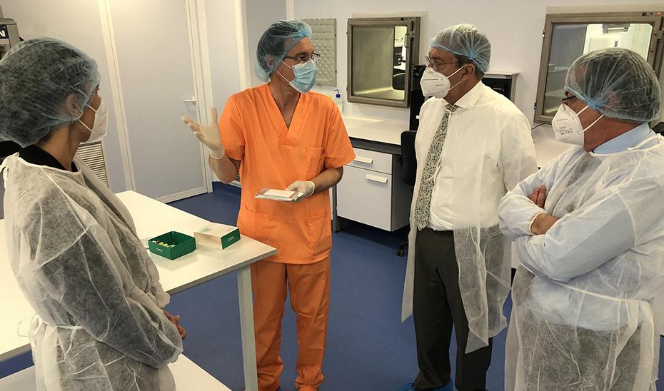 El consejero Rogelio Velasco, durante su reciente visita a la sede de la empresa Vircell en el PTS de Granada.