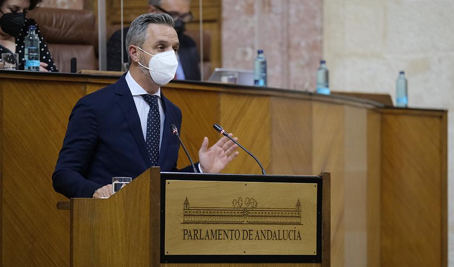 El consejero Juan Bravo durante su intervención en el pleno del Parlamento de Andalucía.