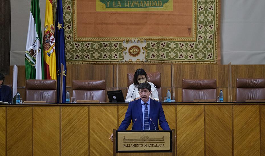 El vicepresidente y consejero de Turismo, Juan Marín, interviniendo este miércoles en el Pleno del Parlamento desde la tribuna de oradores.