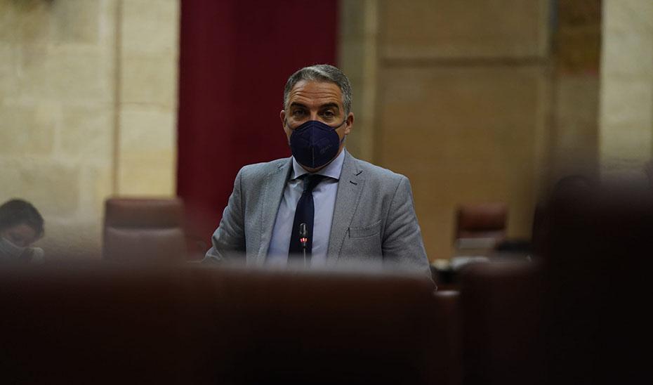 El consejero de la Presidencia, Elías Bendodo, durante su intervención en la sesión plenaria.