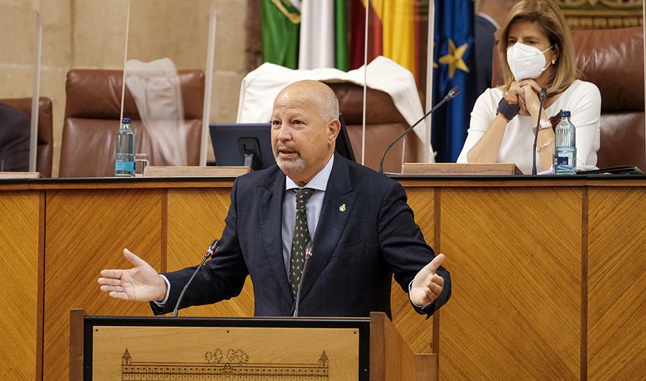 El consejero de Educación y Deporte, Javier Imbroda, interviene desde la tribuna durante el pleno del Parlamento.