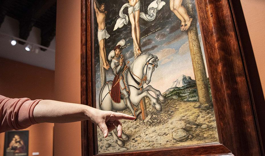 Lucas Cranach rubricó su obra 'El Calvario' con un dragoncillo alado que sostiene un anillo con una piedra engastada.