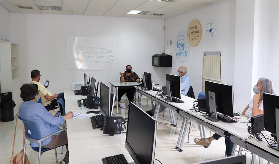 Un grupo de alumnos asistiendo al taller para adultos de tablets y telefonía móvil.