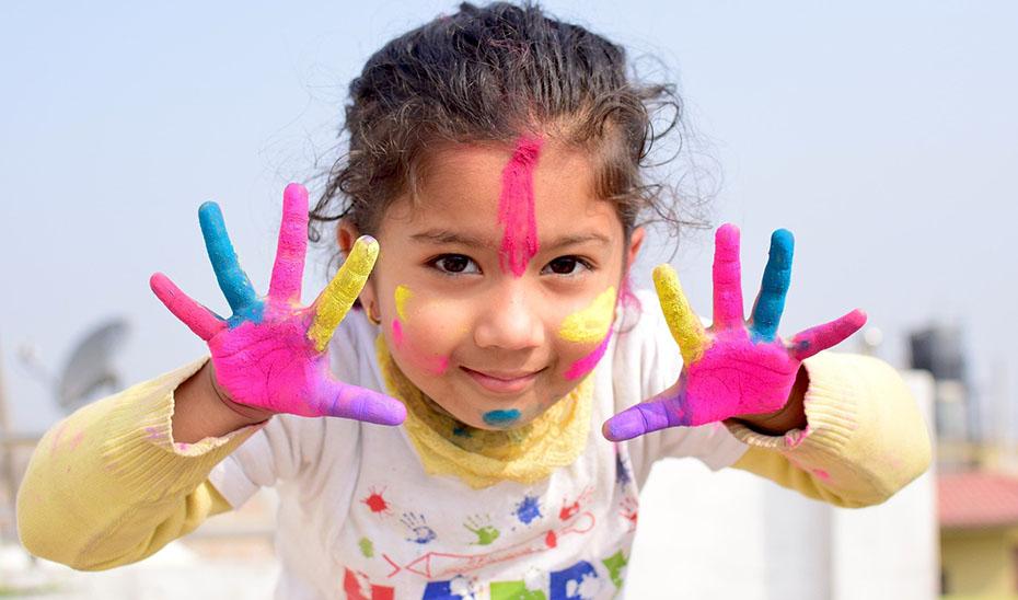Las escuelas de verano organizan actividades y reparto de alimentos a menores de edad.