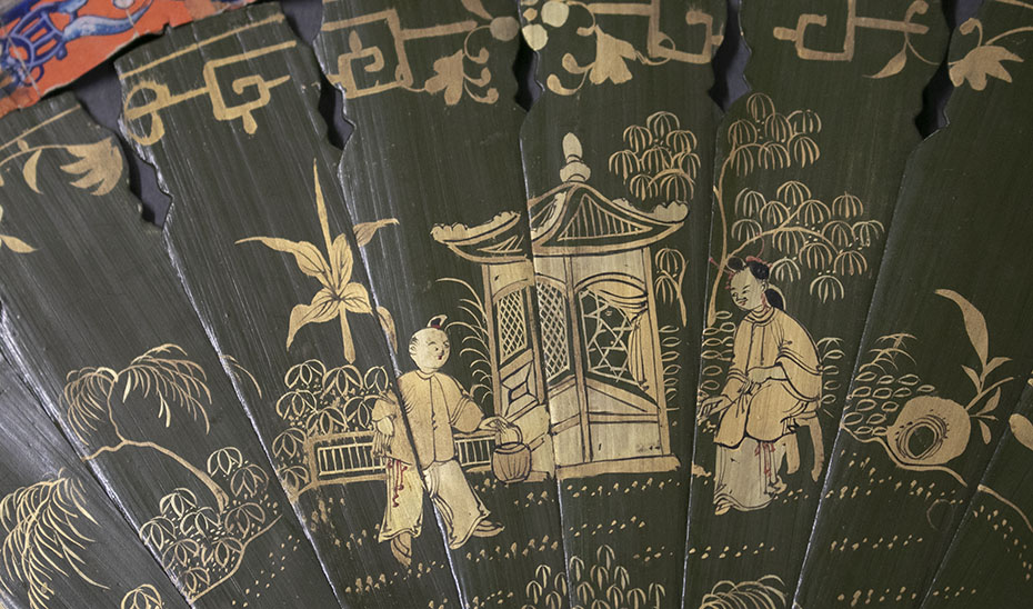 Varillas lacadas en negro con motivos dorados