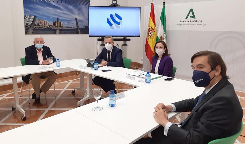 El consejero Juan Bravo, reunido en Málaga con los responsables del proyecto de Puerto Seco de Antequera.