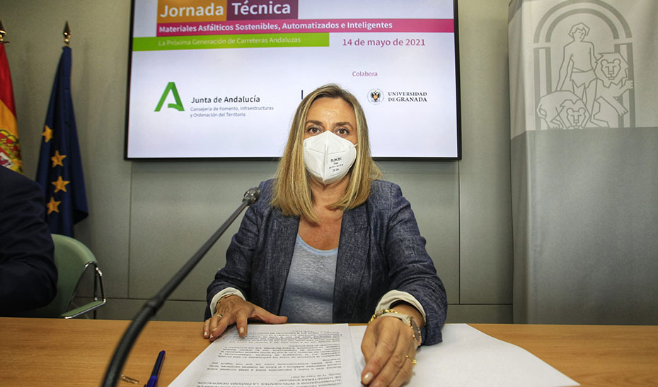 La consejera de Fomento, Marifrán Carazo, durante la apertura de la jornada técnica sobre materiales asfálticos.
