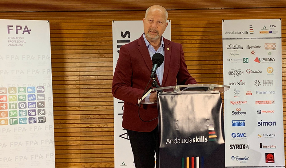 El consejero Javier Imbroda felicita a los premiados en el VI Campeonato Autonómico de Formación Profesional AndalucíaSkills 2020-21.
