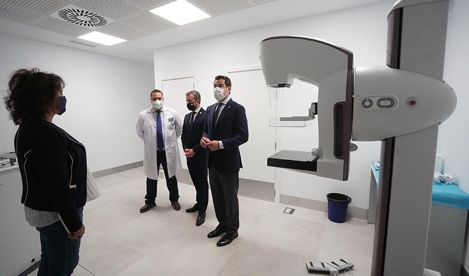 Juanma Moreno visita las nuevas instalaciones del servicio de Urgencias del centro de salud Bulevar.