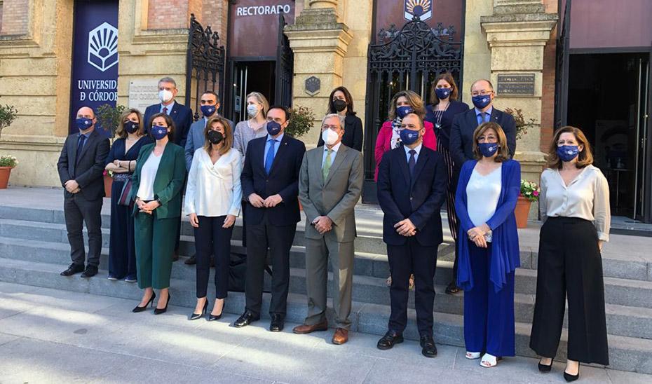 Rogelio Velasco este viernes junto al rector de la Universidad de Córdoba, José Carlos Gómez Villamandos, y el resto de su equipo.