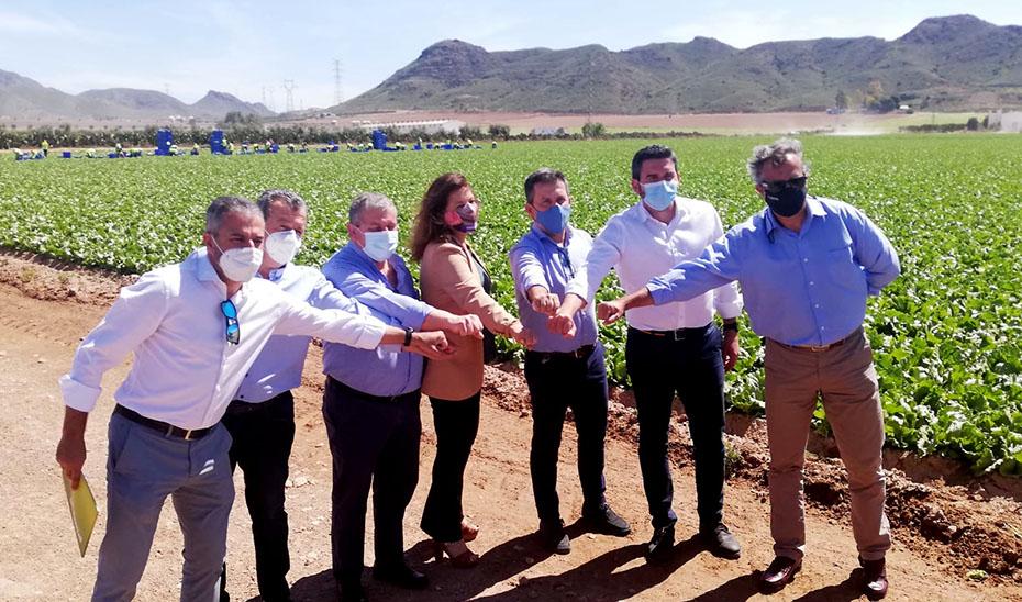Carmen Crespo posa junto al consejero de Agua de la Región de Murcia, el alcalde de Pulpí y representantes del sector hortofruticola.