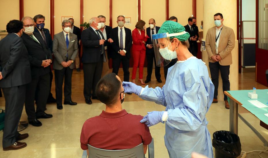 Bendodo, Blanco y Aguirre en la apertura del centro de testeo de la CEA, una de las iniciativas del Plan Sumamos Salud+Economía.
