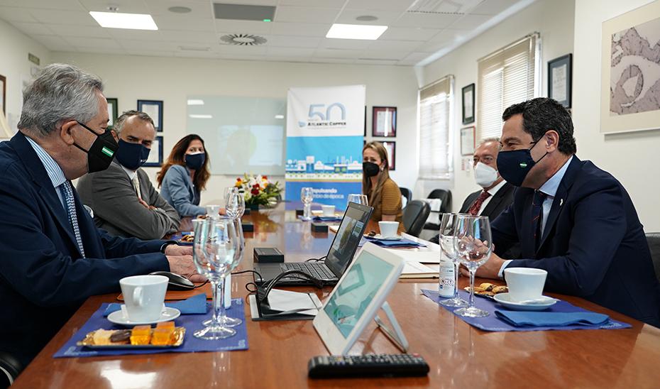 Moreno, acompañado por Rogelio Velasco, reunido con los responsables de la compañía.