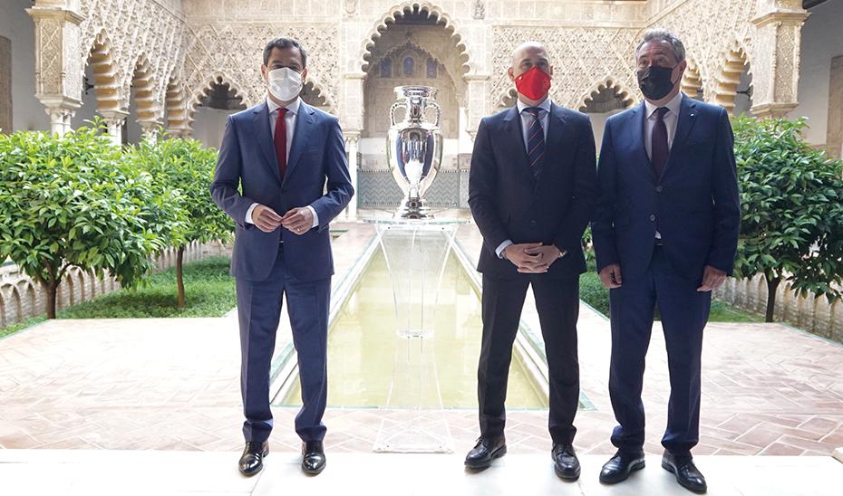 El presidente Juanma Moreno, junto a Luis Rubiales, presidente de la RFEF, y el alcalde de Sevilla, Juan Espadas.