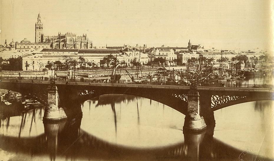 El puente de Triana sobre el río Guadalquivir, con la Catedral de Sevilla al fondo.