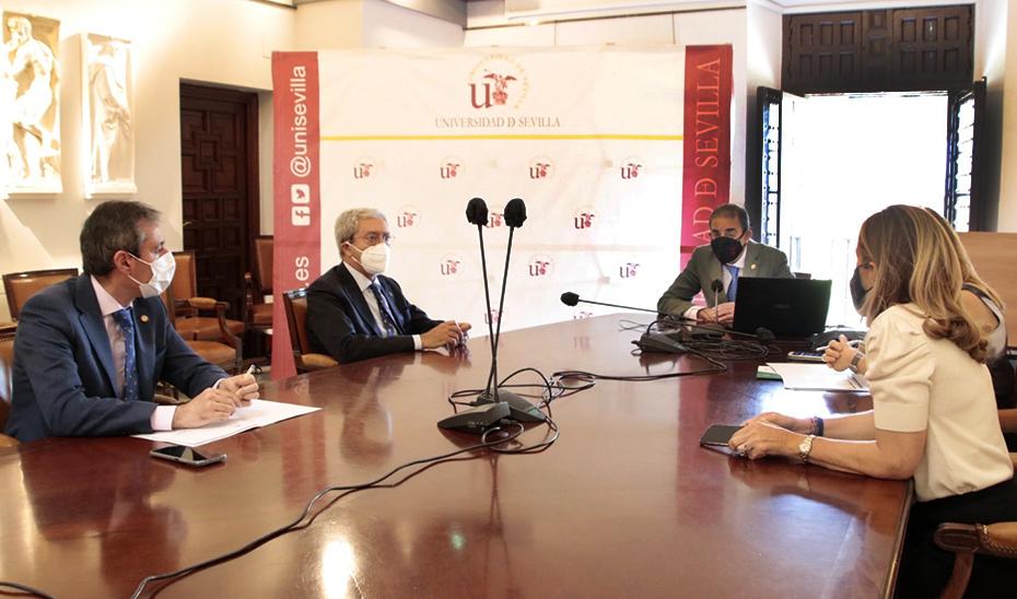 El consejero Rogelio Velasco, durante la reunión mantenida con el rector Miguel Ángel Castro.