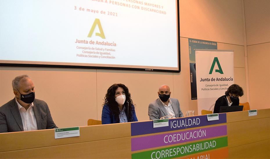 La consejera Rocío Ruiz interviene durante la reunión de la comisión de concertación con centros de personas mayores.