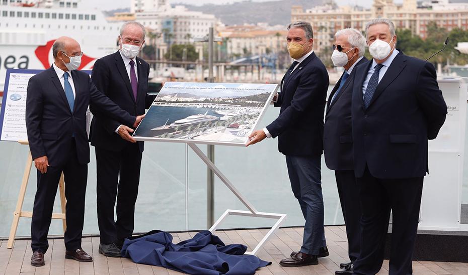 El consejero de la Presidencia, Administración Pública e Interior, Elías Bendodo, durante su visita al puerto de Málaga.