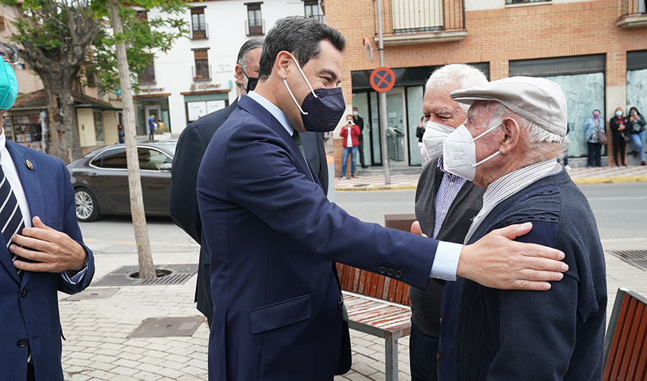 El presidente de la Junta saluda a los vecinos de Albolote durante su visita al municipio.