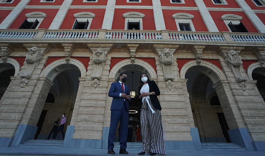 Juanma Moreno y la alcaldesa isleña frente a la fachada del Ayuntamiento.