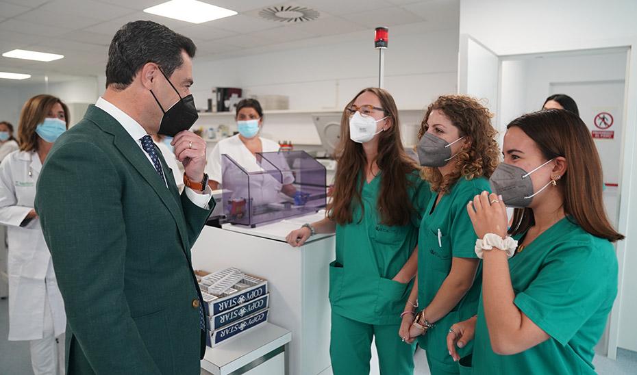 El presidente de la Junta saluda a varias profesionales sanitarias del hospital gaditano.