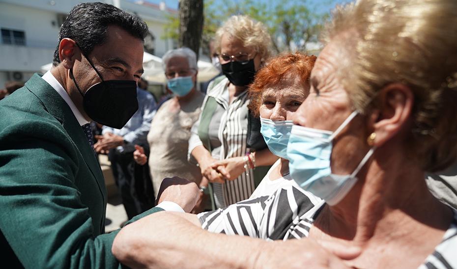 El presidente de la Junta saluda a vecinas de Paterna de Rivera en su visita al municipio.