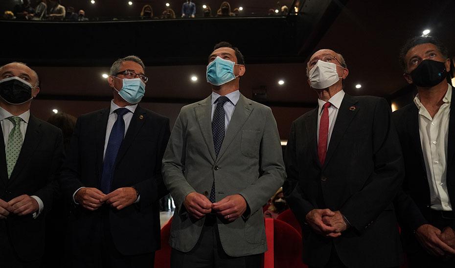 Juanma Moreno asistió a \u0027El mayor aplauso\u0027 en el Teatro Soho Caixabank de Málaga.