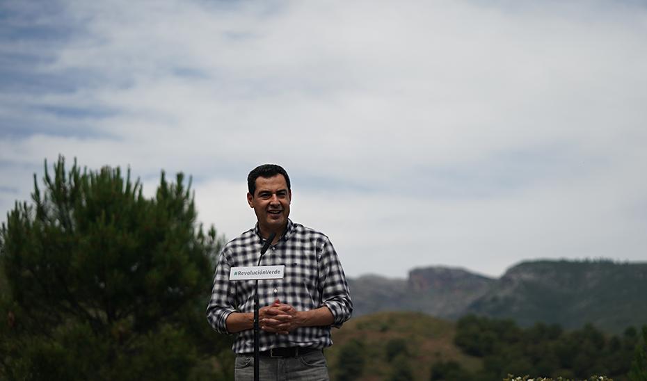 El presidente de la Junta interviene tras participar en el acto de suelta de aves en la Sierra de las Nieves.