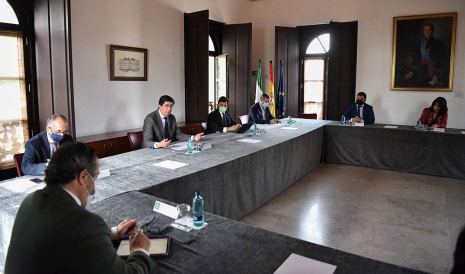 El vicepresidente de la Junta, Juan Marín, reunido con los delegados territoriales de Administración Local.