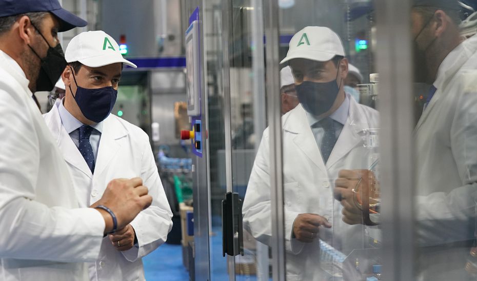 Juanma Moreno visita Alhaurín de la Torre y la planta de LY Company