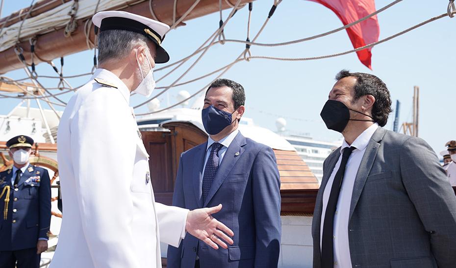 Moreno recibe al Rey a su llegada a Cádiz a bordo del Juan Sebastián Elcano