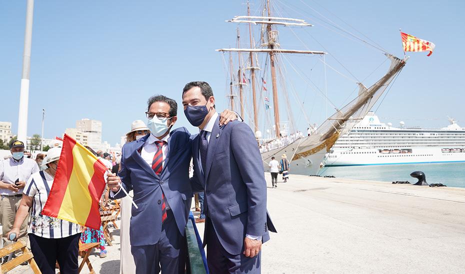 El presidente se fotografía junto a un ciudadano delante del buque escuela Juan Sebastián Elcano en Cádiz.