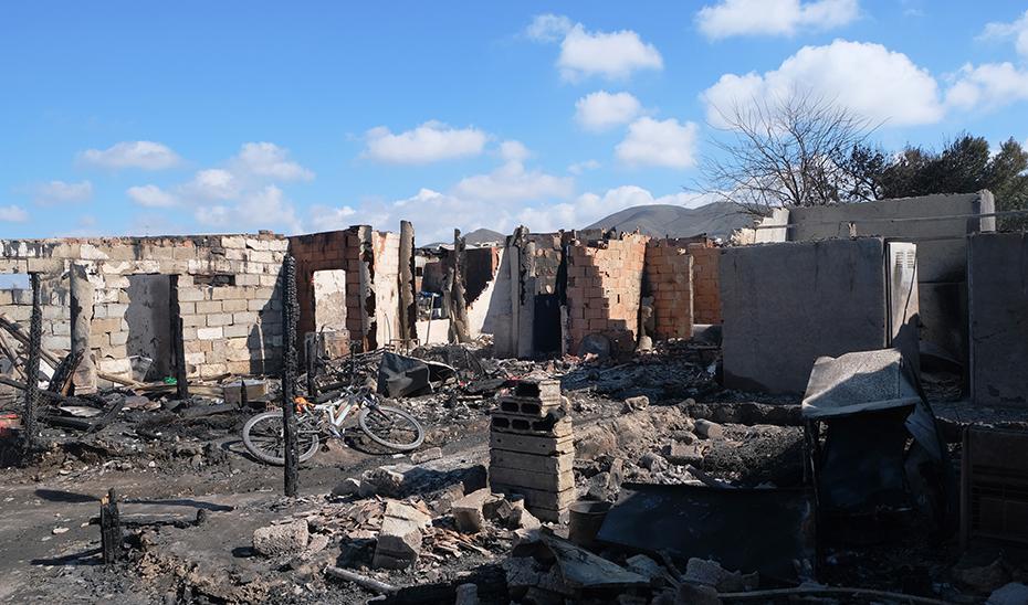Operativos de emergencia trabajan en la extinción de un incendio en un asentamiento chabolista en Níjar