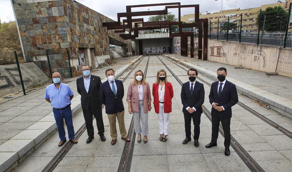 La consejera de Fomento, Marifrán Carazo, junto a otros responsables institucionales asistentes al acto para informar sobre las últimas novedades del Tranvía de Alcalá de Guadaíra.