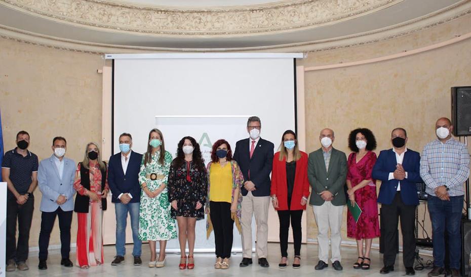 La consejera de Igualdad, Rocío Ruiz, con los alcaldes de los ayuntamientos onubenses y otros representantes institucionales en el acto de firma del convenio.