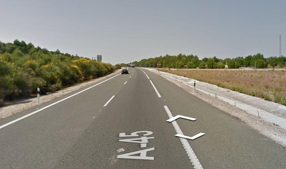 Fallece un motorista en una caída en la autovía A-45 en Lucena