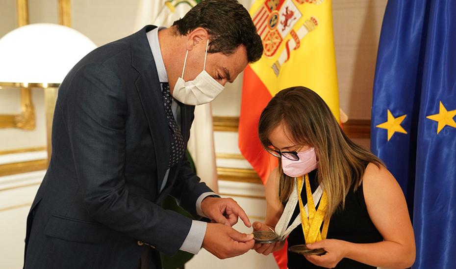 Betanzos muestra a Juanma Moreno algunas de las medallas conseguidas.