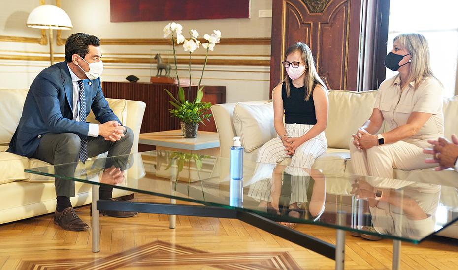 La pentacampeona del mundo charla con el presidente de la Junta durante la recepción.