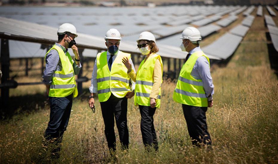 El consejero Elías Bendodo visitó la planta solar de Amazon en la localidad sevillana de Alcalá de Guadaíra.
