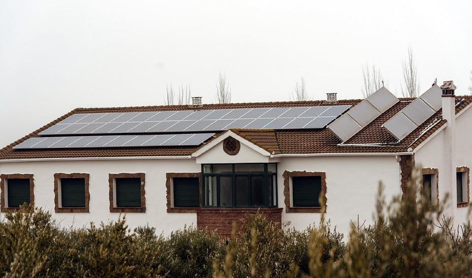 Instalación de placas solares para autoconsumo eléctrico en un edificio de Cuevas del Becerro (Málaga).
